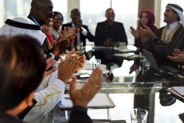Diversas pessoas aplaudindo as mãos conferência