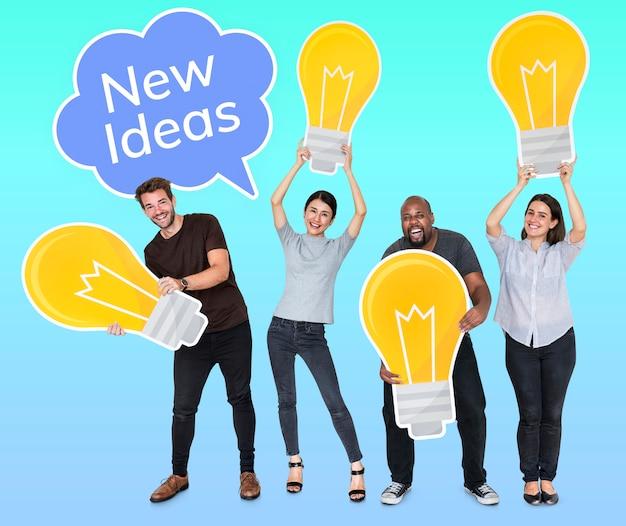 Diversas pessoas com novas ideias e lâmpadas brilhantes