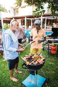 Diversas pessoas curtindo churrasco juntos