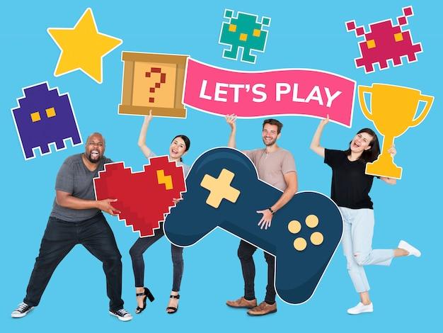 Diversas pessoas divertidas segurando ícones do jogo