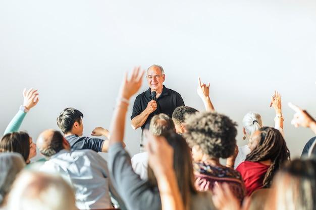Diversas pessoas em um seminário