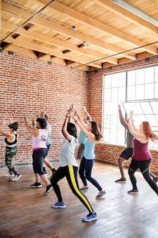Diversas pessoas em uma aula de dança ativa