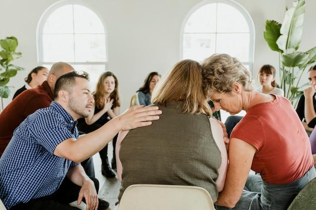 Diversas pessoas em uma sessão de grupo de apoio