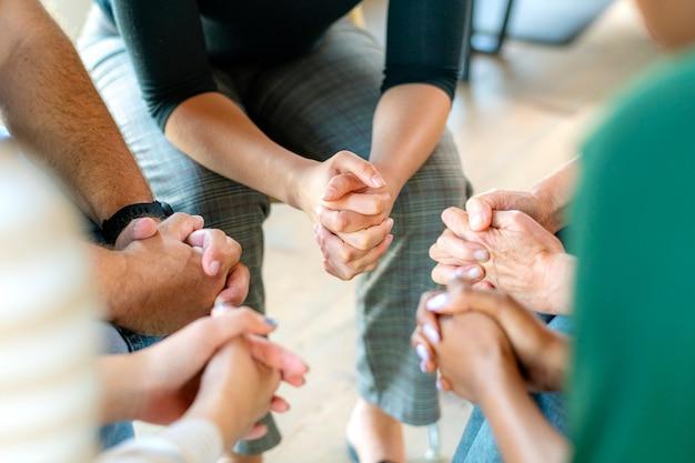 Diversas pessoas em uma sessão de grupo religioso