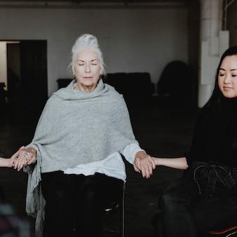 Diversas pessoas em uma sessão de reabilitação