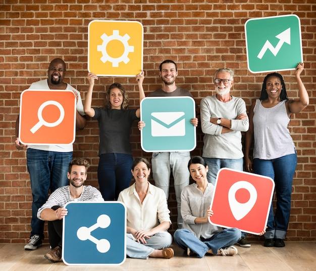 Diversas pessoas felizes com ícones de redes sociais