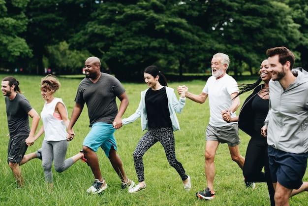 Diversas pessoas felizes desfrutando no parque