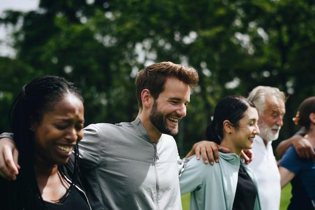 Diversas pessoas felizes juntos no parque