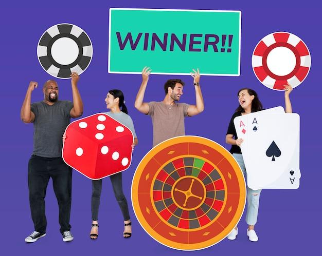 Diversas pessoas felizes segurando ícones do casino