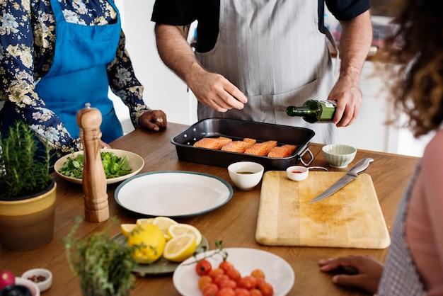 Diversas pessoas juntando-se a aula de culinária