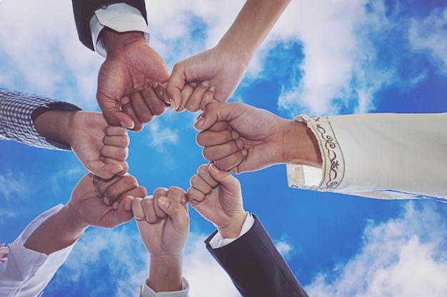 Diversas pessoas mãos punhos juntos parceria