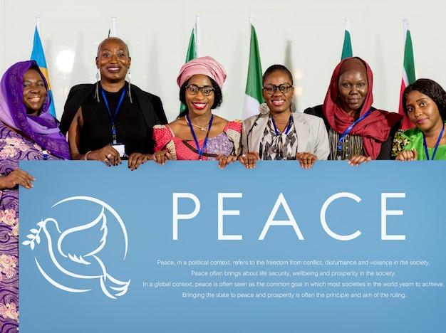 Diversas pessoas mostram placa de paz cartaz