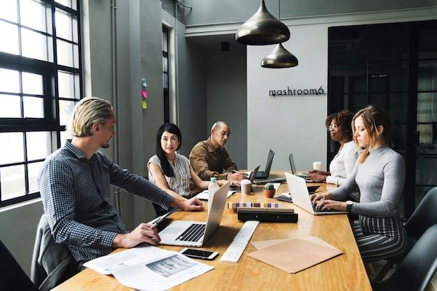 Diversas pessoas que trabalham em um escritório