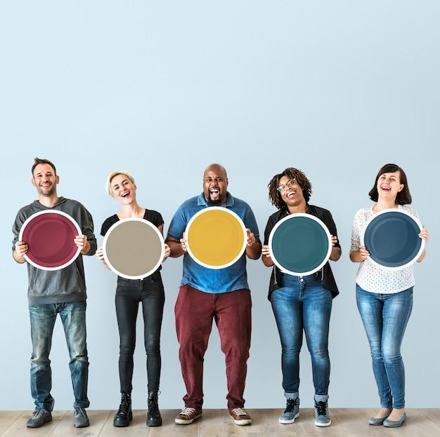 Diversas pessoas segurando placa redonda em branco