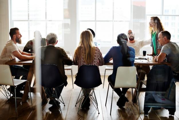 Diversas pessoas tendo uma reunião