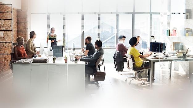 Diversas pessoas trabalhando no escritório