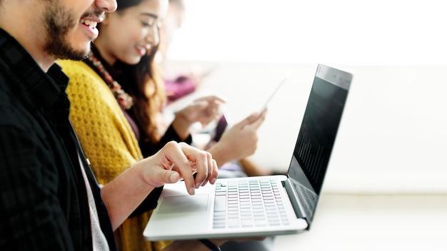 Diversas pessoas usando dispositivos digitais