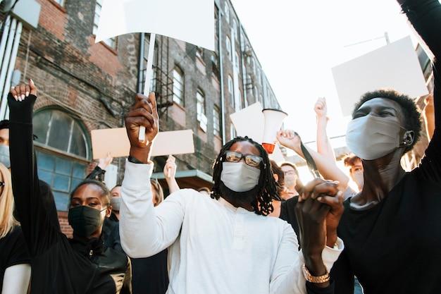 Diversas pessoas usando máscara protestando durante a pandemia covid-19
