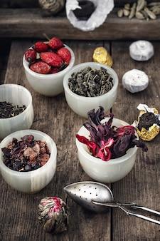 Diversas variedades de folhas de chá