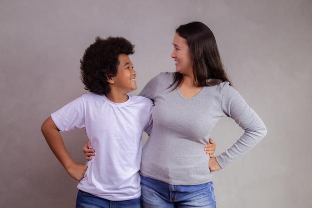 Diversidade com a mãe japonesa e criança afro em fundo cinza. conceito do dia das mães