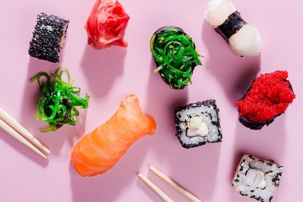 Diversidade de rolos de sushi