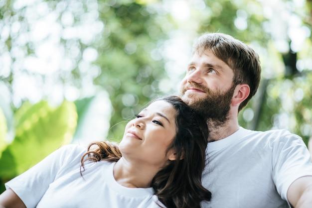 Diversidade de sorriso feliz dos pares no momento do amor junto