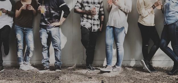 Diversidade de trabalho em equipe do grupo de pessoas de amigos