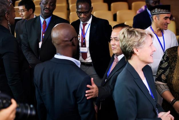 Diversidade pessoas conversa parceria conferência internacional