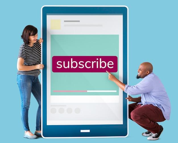 Diverso casal segurando um tablet com gráficos