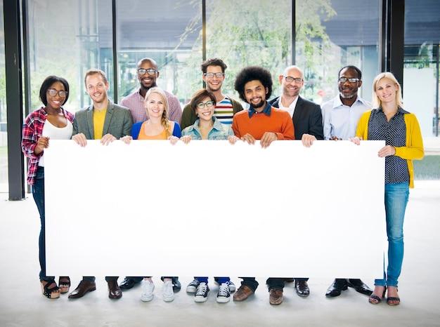 Diverso grupo pessoas multiétnica segurando papel conceito