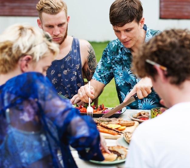 Diversos amigos reunidos tendo comida juntos