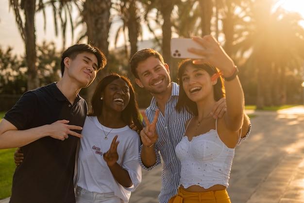 Diversos amigos se divertindo e tirando selfie