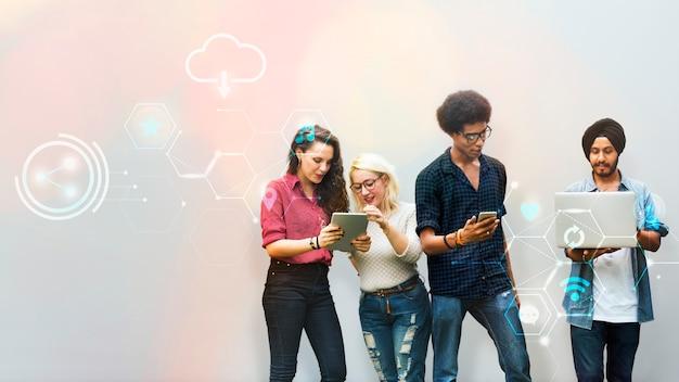 Diversos amigos usando dispositivos digitais