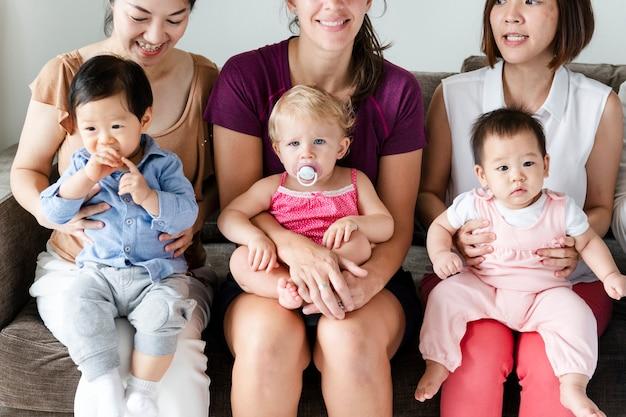Diversos bebês com seus pais