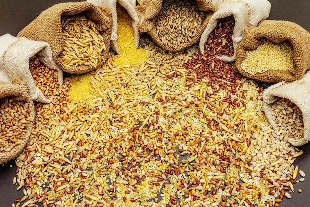 Diversos cereais em sacaria artesanal