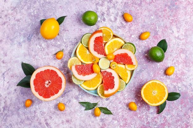 Diversos citrinos frescos, limão, laranja, lima, toranja, kumquats.