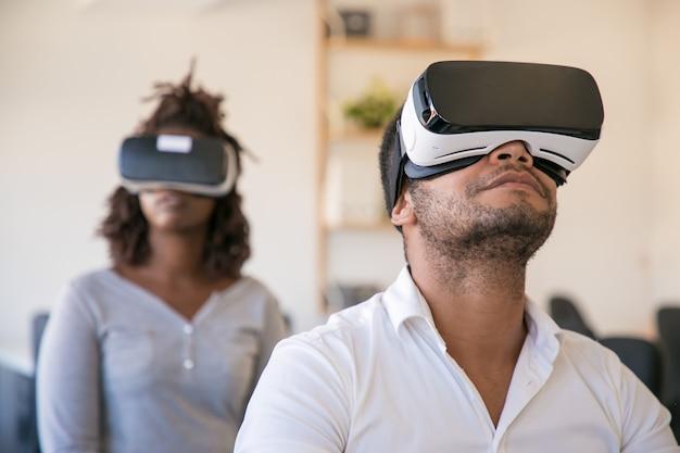 Diversos colegas usando óculos de realidade virtual