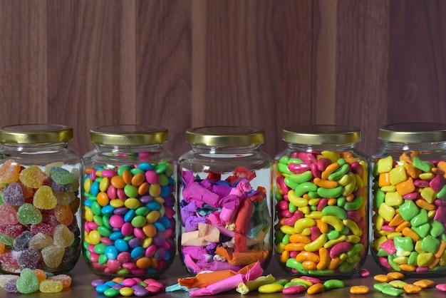 Diversos doces açucarados em vidro