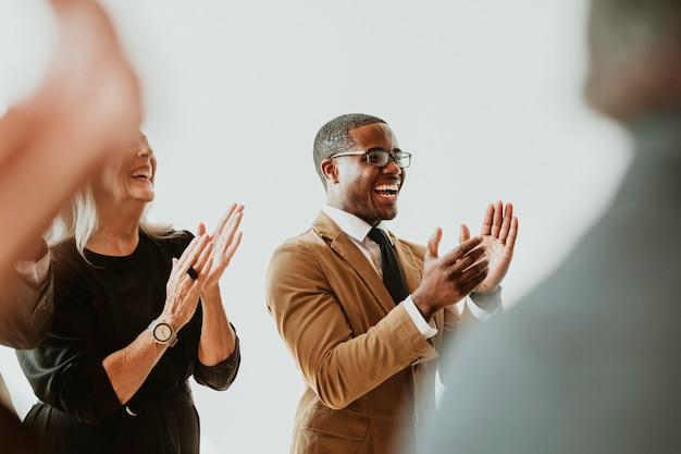 Diversos empresários aplaudindo de alegria