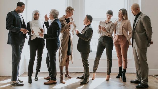 Diversos empresários conversando entre si