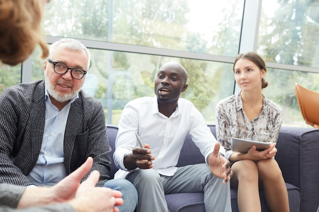 Diversos empresários discutindo o projeto