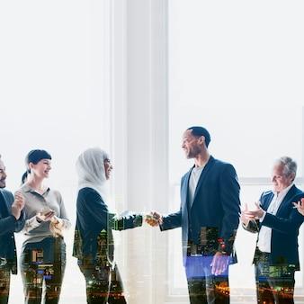Diversos empresários internacionais em startups apertando as mãos