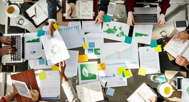 Diversos empresários reunidos em ambiente de parceria