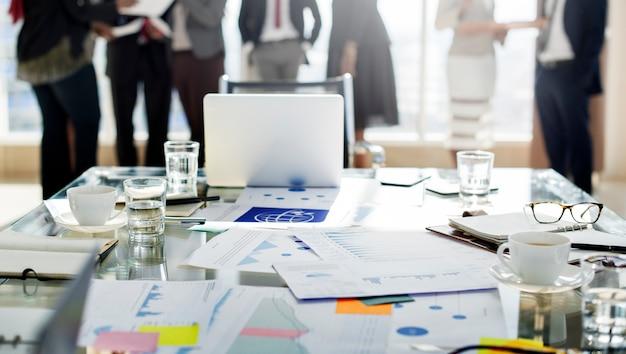 Diversos empresários reunidos em parceria