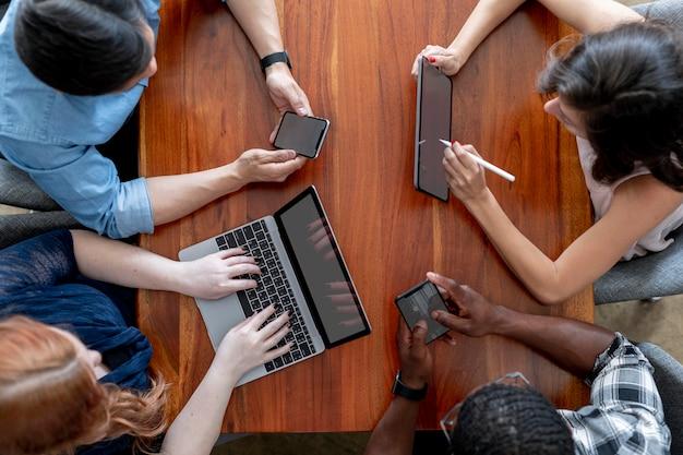 Diversos empresários usando dispositivos digitais