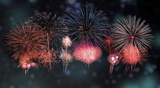Diversos fogos de artifício coloridos com bokeh no fundo do festival anual