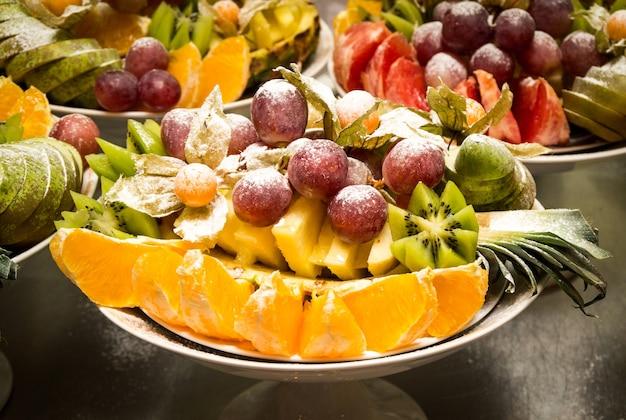 Diversos frutos de uva, kiwi, laranja e abacaxi