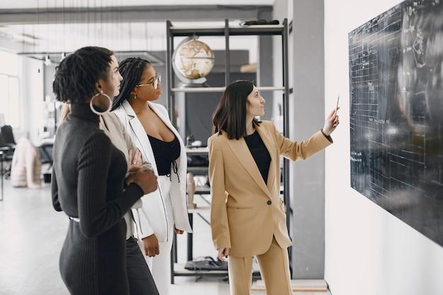 Diversos funcionários ouvindo a gerente feminina. mulher falando em reunião de grupo. afro-americano.