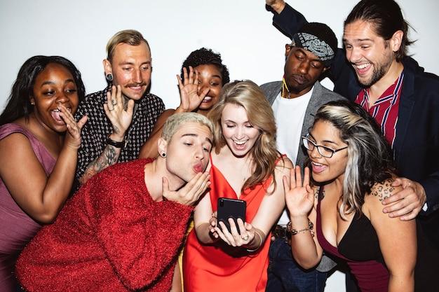 Diversos grupos de amigos tirando uma selfie em uma festa