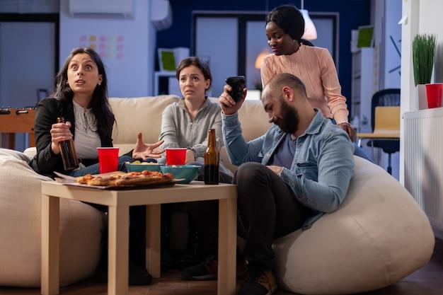 Diversos grupos de colegas de trabalho jogam um jogo alegre na tv